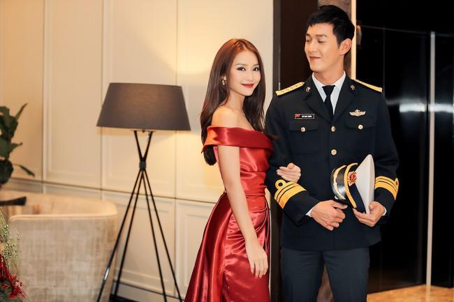 Cặp đôi Hậu duệ Mặt trời Việt Nam cực đẹp đôi trên thảm đỏ Singapore, đáng chú ý nhất là chiếc váy của Khả Ngân - Ảnh 5.