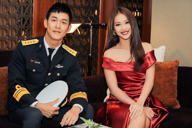 Cặp đôi Hậu duệ Mặt trời Việt Nam cực đẹp đôi trên thảm đỏ Singapore, đáng chú ý nhất là chiếc váy của Khả Ngân - Ảnh 8.