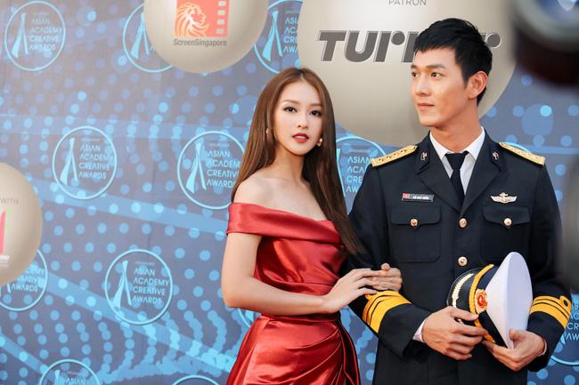 Cặp đôi Hậu duệ Mặt trời Việt Nam cực đẹp đôi trên thảm đỏ Singapore, đáng chú ý nhất là chiếc váy của Khả Ngân - Ảnh 4.