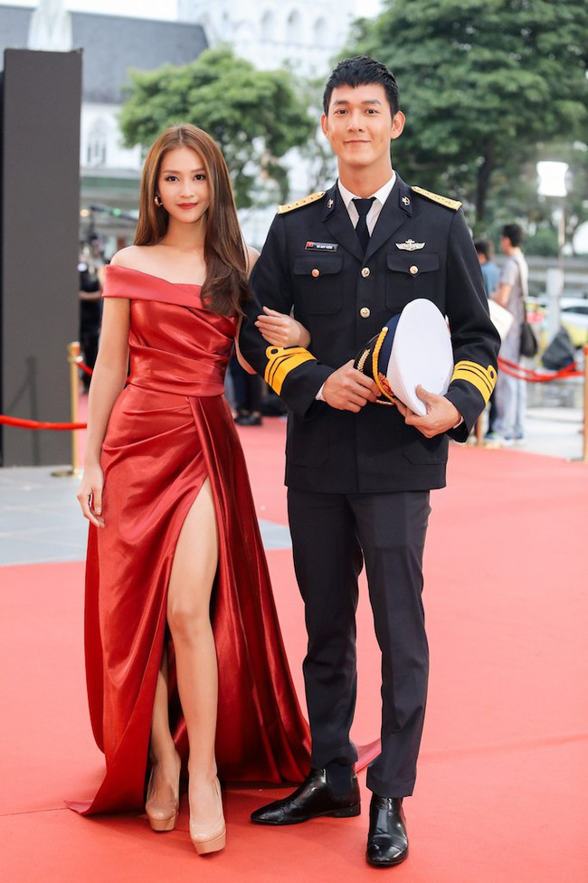 Cặp đôi Hậu duệ Mặt trời Việt Nam cực đẹp đôi trên thảm đỏ Singapore, đáng chú ý nhất là chiếc váy của Khả Ngân - Ảnh 6.