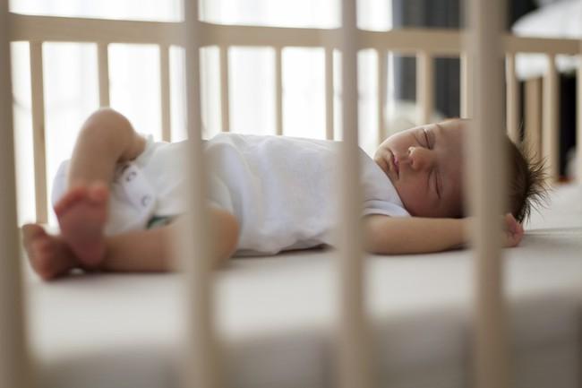 Lợi ích bất ngờ khi cho trẻ ngủ trong cũi đến năm 3 tuổi - Ảnh 2.