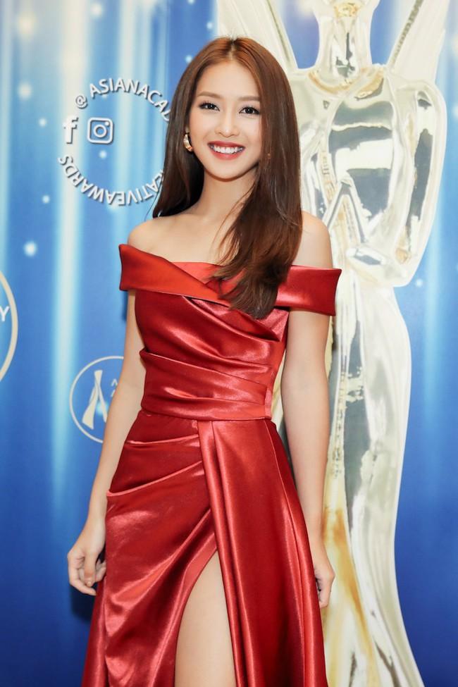 Cặp đôi Hậu duệ Mặt trời Việt Nam cực đẹp đôi trên thảm đỏ Singapore, đáng chú ý nhất là chiếc váy của Khả Ngân - Ảnh 9.