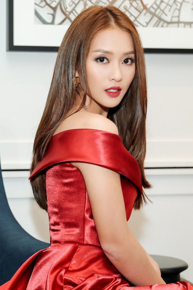 Cặp đôi Hậu duệ Mặt trời Việt Nam cực đẹp đôi trên thảm đỏ Singapore, đáng chú ý nhất là chiếc váy của Khả Ngân - Ảnh 2.