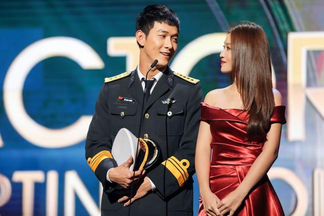 Cặp đôi Hậu duệ Mặt trời Việt Nam cực đẹp đôi trên thảm đỏ Singapore, đáng chú ý nhất là chiếc váy của Khả Ngân - Ảnh 10.