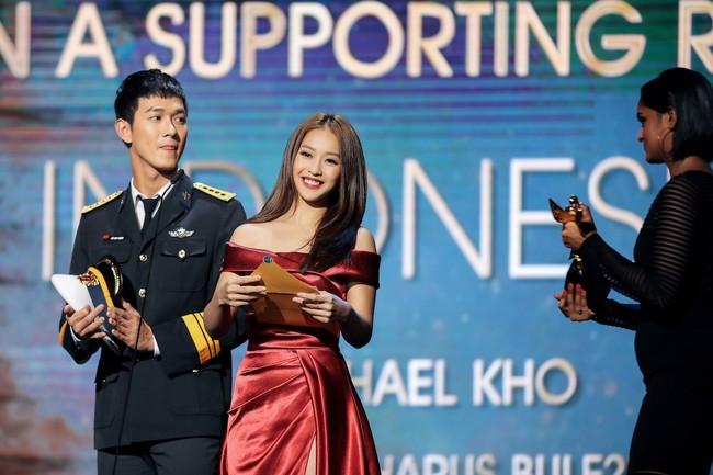 Cặp đôi Hậu duệ Mặt trời Việt Nam cực đẹp đôi trên thảm đỏ Singapore, đáng chú ý nhất là chiếc váy của Khả Ngân - Ảnh 11.