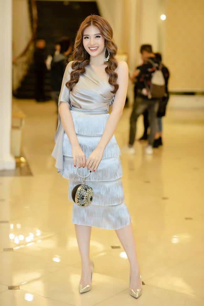Hoa hậu Phan Hoàng Thu lại khoe vai trần giữa ngày gió lạnh sau khi công khai tỏ tình với thủ môn Văn Lâm  - Ảnh 1.