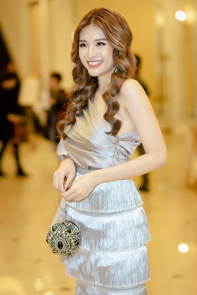 Hoa hậu Phan Hoàng Thu lại khoe vai trần giữa ngày gió lạnh sau khi công khai tỏ tình với thủ môn Văn Lâm  - Ảnh 2.