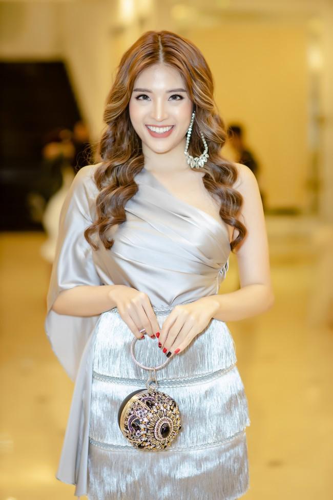 Hoa hậu Phan Hoàng Thu lại khoe vai trần giữa ngày gió lạnh sau khi công khai tỏ tình với thủ môn Văn Lâm  - Ảnh 3.