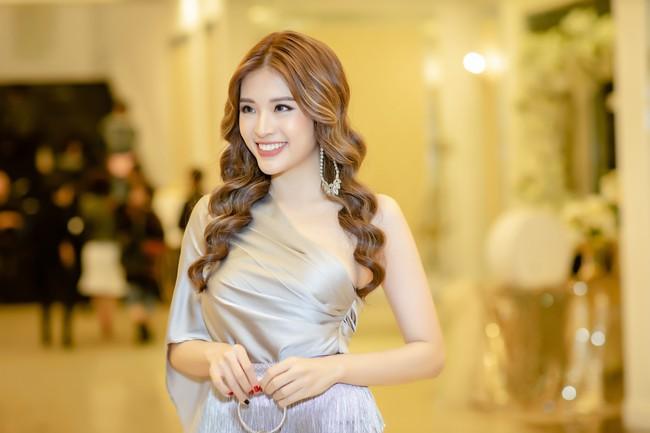 Hoa hậu Phan Hoàng Thu lại khoe vai trần giữa ngày gió lạnh sau khi công khai tỏ tình với thủ môn Văn Lâm  - Ảnh 4.