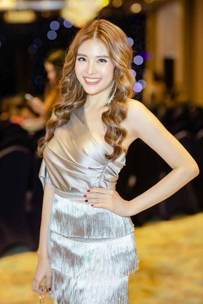 Hoa hậu Phan Hoàng Thu lại khoe vai trần giữa ngày gió lạnh sau khi công khai tỏ tình với thủ môn Văn Lâm  - Ảnh 6.