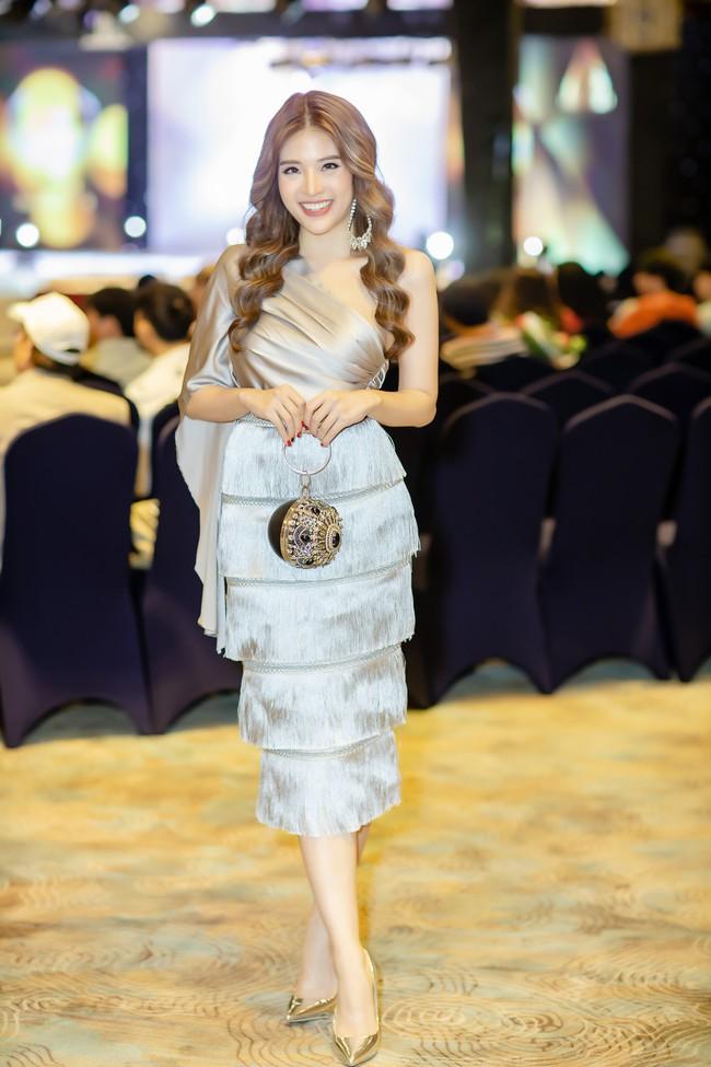 Hoa hậu Phan Hoàng Thu lại khoe vai trần giữa ngày gió lạnh sau khi công khai tỏ tình với thủ môn Văn Lâm  - Ảnh 7.
