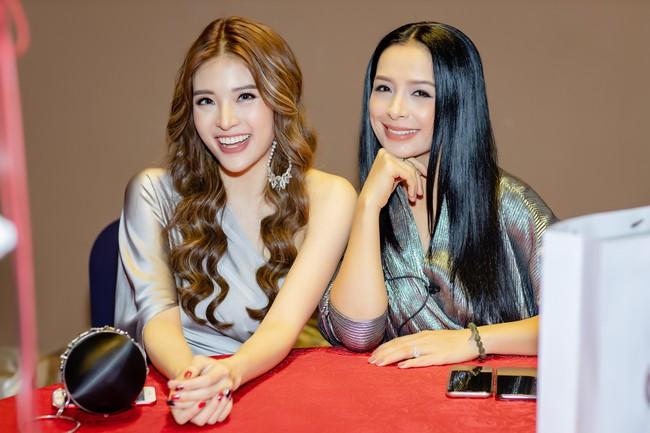 Hoa hậu Phan Hoàng Thu lại khoe vai trần giữa ngày gió lạnh sau khi công khai tỏ tình với thủ môn Văn Lâm  - Ảnh 5.