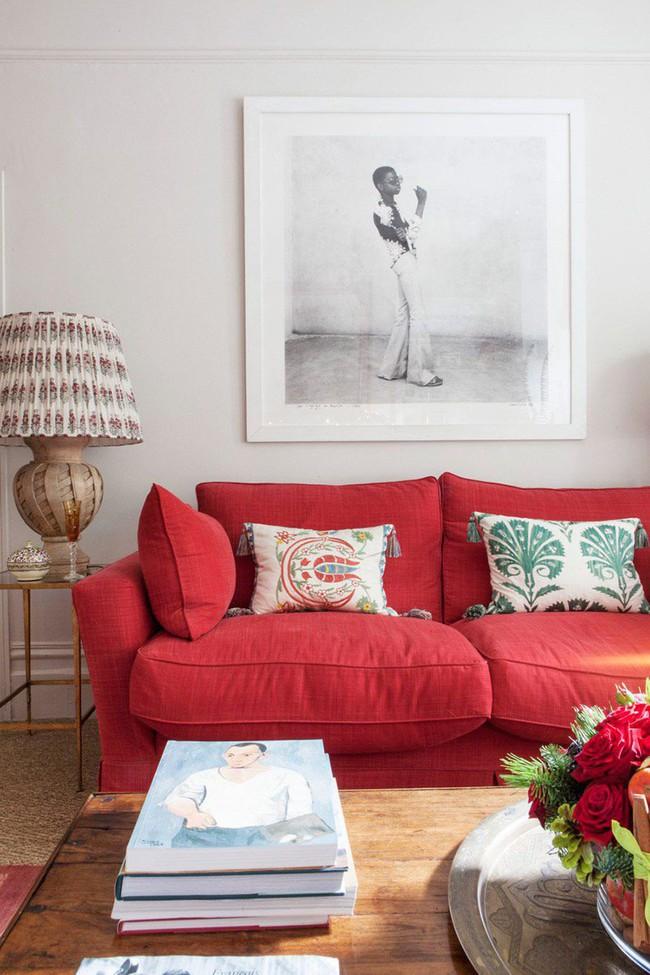 Đừng bỏ lỡ chiếc ghế sofa đỏ cho phòng khách khi mùa lễ hội đã cận kề - Ảnh 4.