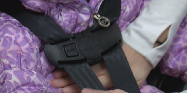 Mặc áo khoác cho trẻ khi đi ô tô có thể gây ra rủi ro đáng sợ như thế này - Ảnh 4.