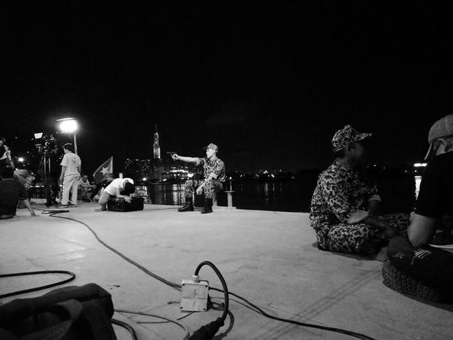 """Hé lộ những cảnh quay đầu tiên của """"Hậu Duệ Mặt Trời"""" bản Việt: Khả Ngân cháy nắng, thiếu ngủ vì vai diễn dài hơi - Ảnh 10."""