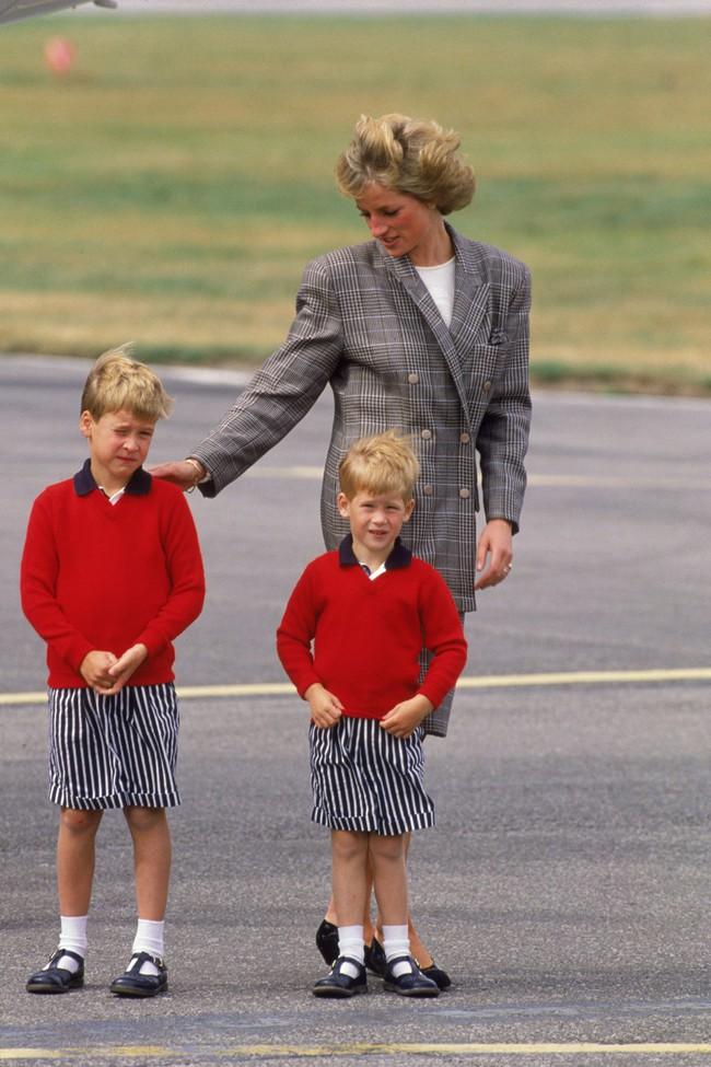 """Diện đồ ton-sur-ton và tự tay lựa trang phục """"đẹp cả đôi"""" cho hai con, Công nương Diana đích thực là bà mẹ Hoàng gia sành điệu nhất  - Ảnh 1."""