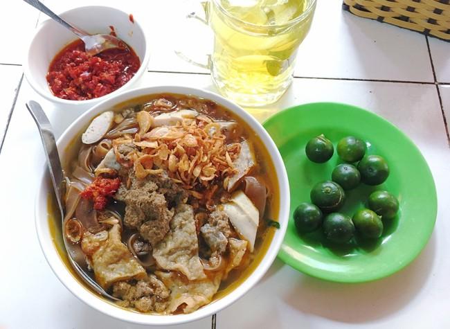 Khám phá quán bánh đa cua 25 năm tuổi trong chợ Châu Long khiến nhiều người khen tặng bánh đa cua ngon nhất Hà Nội - Ảnh 4.