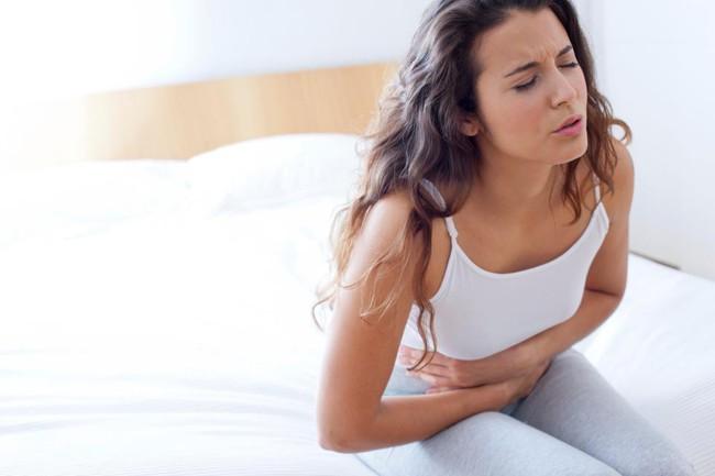 Đâu bụng sau 3 ngày, đến khi đi khám, bác sĩ phải tiến hành mổ thăm dò và phát hoảng khi nhìn vào bụng cô gái - Ảnh 2.