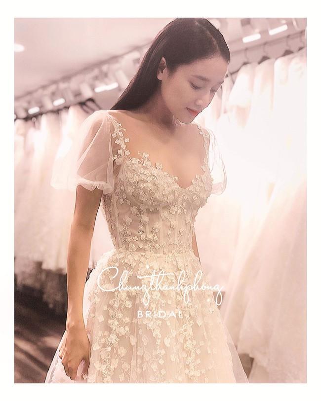 HOT: Nhã Phương đẹp dịu dàng tựa tiểu thư đài các khi khoác lên mình chiếc váy trắng tại lễ đính hôn - Ảnh 1.