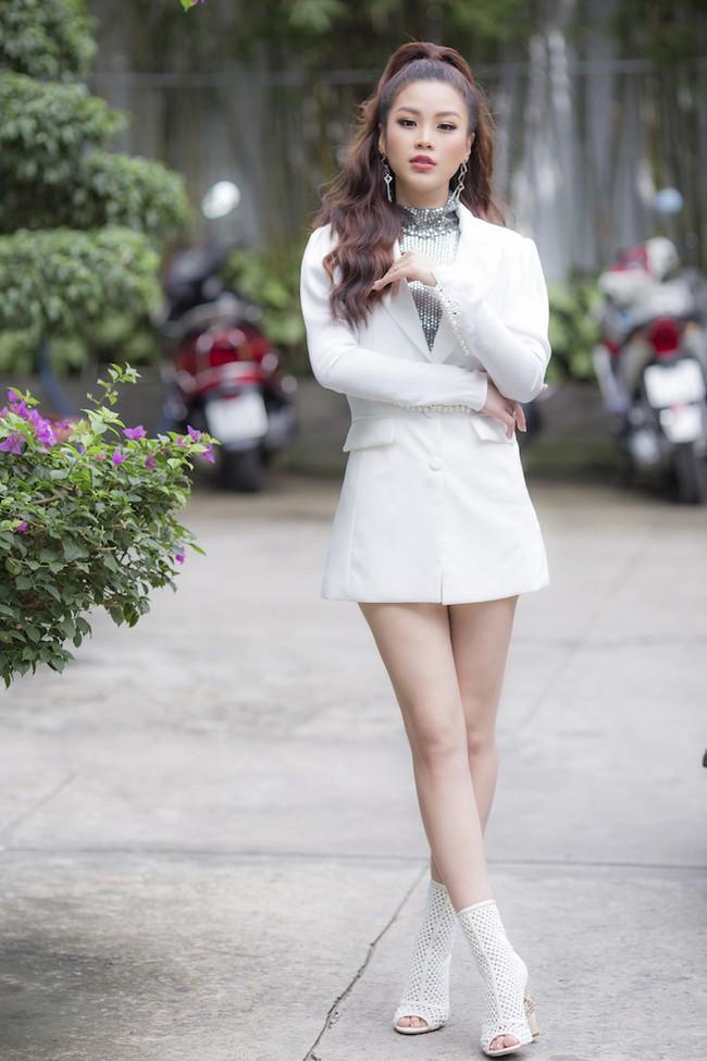 Á hậu Diễm Trang diện style giấu quần để lộ chân thẳng tắp, khoe nhan sắc rực rỡ của gái một con - Ảnh 1.