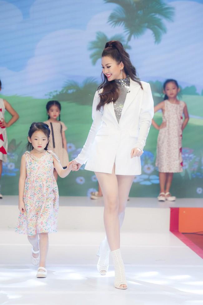 Á hậu Diễm Trang diện style giấu quần để lộ chân thẳng tắp, khoe nhan sắc rực rỡ của gái một con - Ảnh 8.