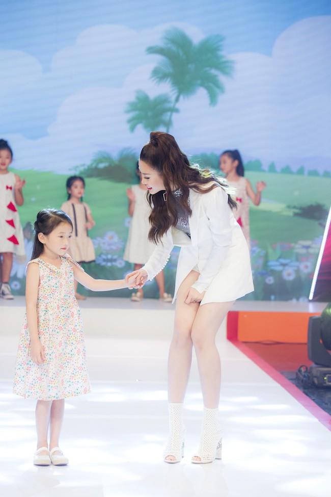 Á hậu Diễm Trang diện style giấu quần để lộ chân thẳng tắp, khoe nhan sắc rực rỡ của gái một con - Ảnh 9.