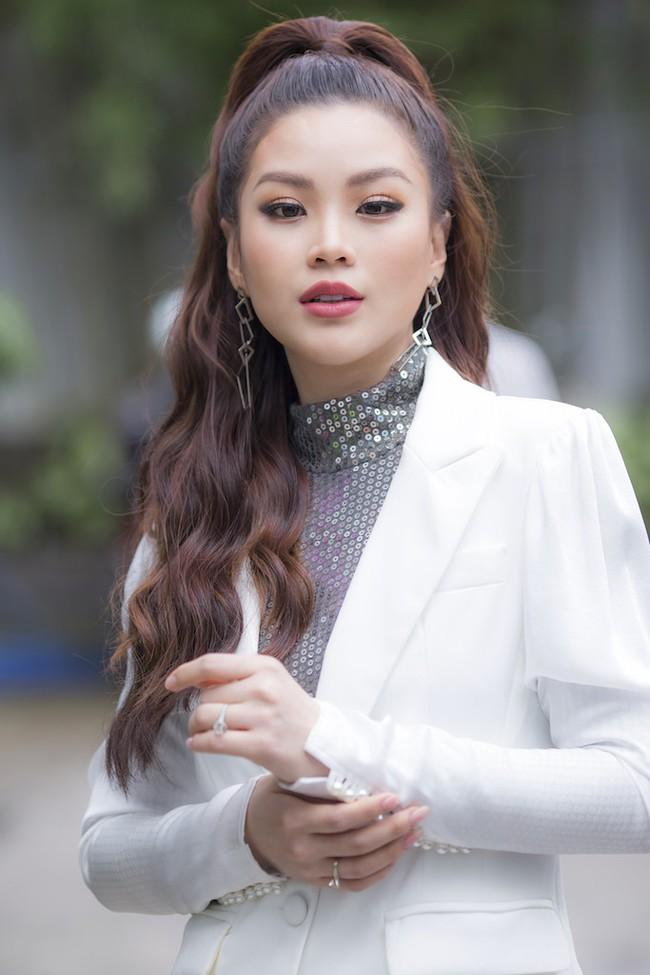 Á hậu Diễm Trang diện style giấu quần để lộ chân thẳng tắp, khoe nhan sắc rực rỡ của gái một con - Ảnh 4.