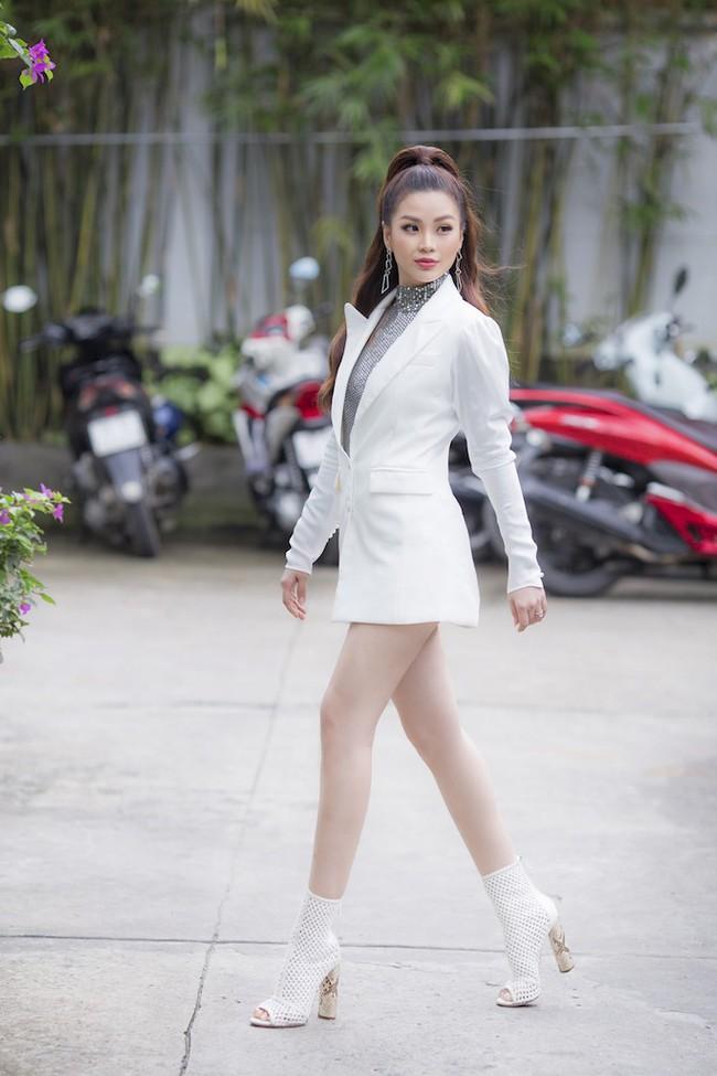 Á hậu Diễm Trang diện style giấu quần để lộ chân thẳng tắp, khoe nhan sắc rực rỡ của gái một con - Ảnh 2.
