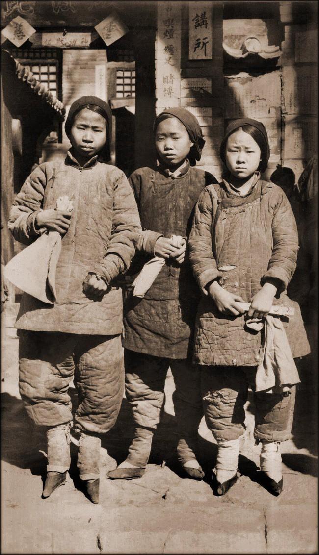 Tục Bó chân gót sen của Trung Quốc xưa: Hình ảnh những đôi chân rỉ máu và biến dạng khiến phụ nữ thời nay phải nín thở nổi da gà - Ảnh 3.