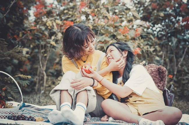 Đằng sau bộ ảnh chị em gái cách nhau 14 tuổi: Cùng mẹ nhưng khác cha, khác luôn cả họ, không ít lần bị hiểu lầm là mẹ con - Ảnh 1.