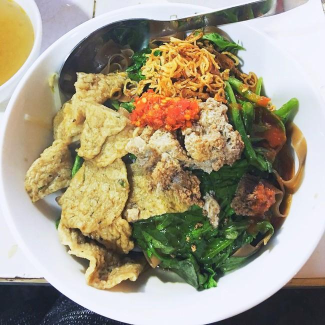 Khám phá quán bánh đa cua 25 năm tuổi trong chợ Châu Long khiến nhiều người khen tặng bánh đa cua ngon nhất Hà Nội - Ảnh 7.