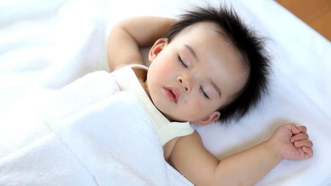 Hình ảnh này sẽ trả lời cho câu hỏi có nên dùng gối cho trẻ sơ sinh hay không? - Ảnh 4.