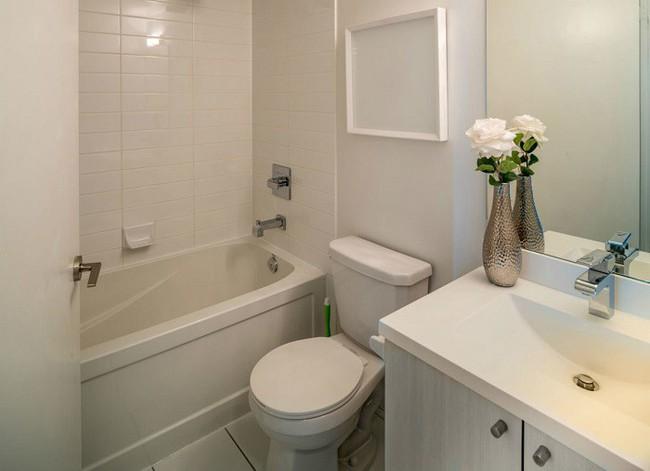 Vẫn diện tích đó nhưng chỉ cần làm theo 8 lời khuyên dưới đây, phòng tắm nhà bạn sẽ rộng hơn tức thì - Ảnh 1.