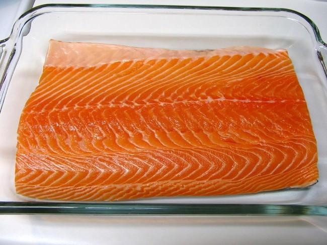 Trước khi nấu tôi thả cá vào sữa, mẹ chồng lắc đầu ngán ngẩm nhưng ăn rồi tấm tắc khen món cá mềm ngọt lại chẳng còn chút mùi tanh - Ảnh 1.