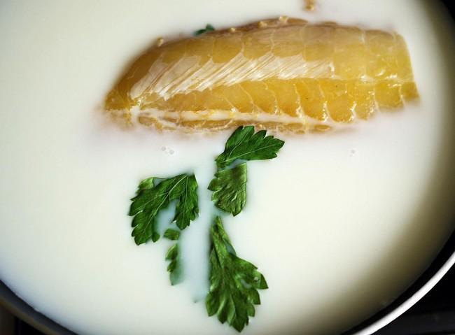 Trước khi nấu tôi thả cá vào sữa, mẹ chồng lắc đầu ngán ngẩm nhưng ăn rồi tấm tắc khen món cá mềm ngọt lại chẳng còn chút mùi tanh - Ảnh 3.
