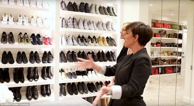 Tủ đồ của mẹ trùm Kris Jenner chẳng kém Kendall - Kylie hay Kim: riêng Hermes Birkin có 22 chiếc, áo quần chất đống đủ để mở store - Ảnh 7.