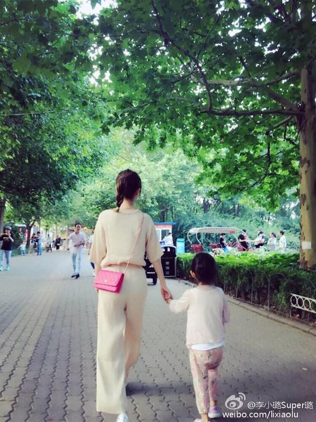 Con giá 6 tuổi nhà Lý Tiểu Lộ - Giả Nãi Lượng rất hay diện đồ đôi với mẹ - Ảnh 8.