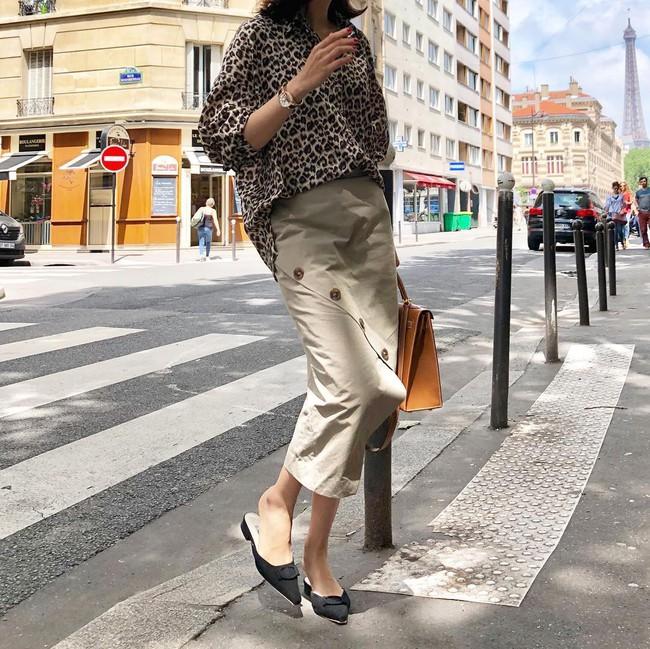 Tạm cất những thiết kế mỏng manh mềm mại, chân váy mùa thu năm nay lại thiên về kiểu đứng dáng thế này - Ảnh 13.