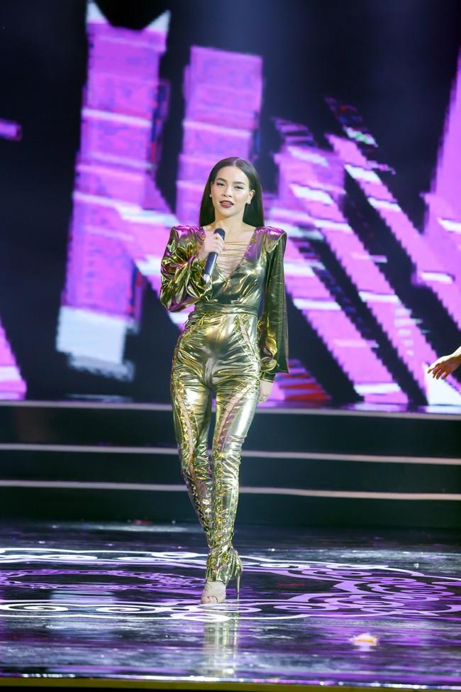 Sau khi khai chiến với antifan, Hồ Ngọc Hà diện áo khoét ngực sâu, nhảy múa cực sung  - Ảnh 1.