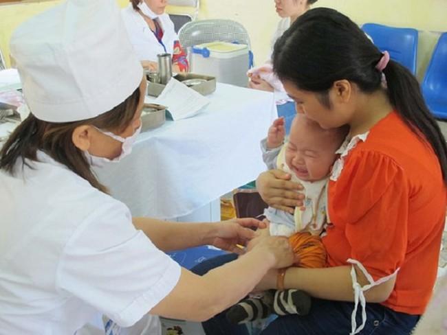 Tháng 10 mới có đủ vaccine 5 trong 1, trẻ bị chậm tiêm ảnh hưởng thế nào? - Ảnh 1.