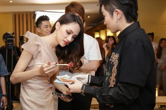 Phớt lờ tin đồn rạn nứt hôn nhân, Phạm Quỳnh Anh xuất hiện tươi tắn bên Hương Giang  - Ảnh 6.