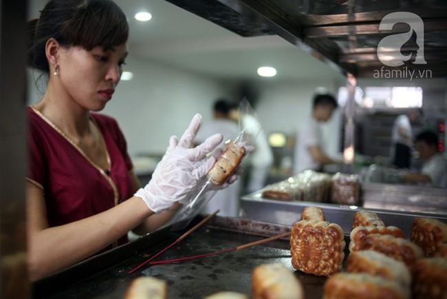 3 tiệm bánh Trung thu truyền thống nổi tiếng, cứ mùa trăng lại đông khách tấp nập  - Ảnh 3.