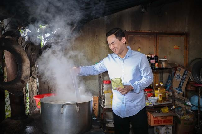 Không ồn ào, Hứa Vĩ Văn và fan nấu ăn, tặng bánh Trung thu cho trẻ em nghèo - Ảnh 4.