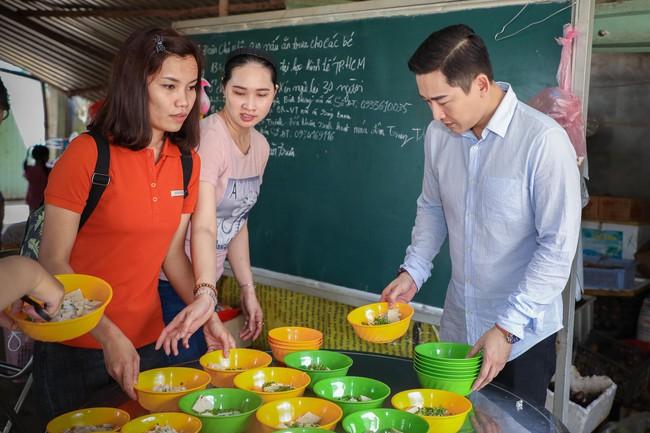 Không ồn ào, Hứa Vĩ Văn và fan nấu ăn, tặng bánh Trung thu cho trẻ em nghèo - Ảnh 6.