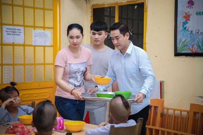 Không ồn ào, Hứa Vĩ Văn và fan nấu ăn, tặng bánh Trung thu cho trẻ em nghèo - Ảnh 7.
