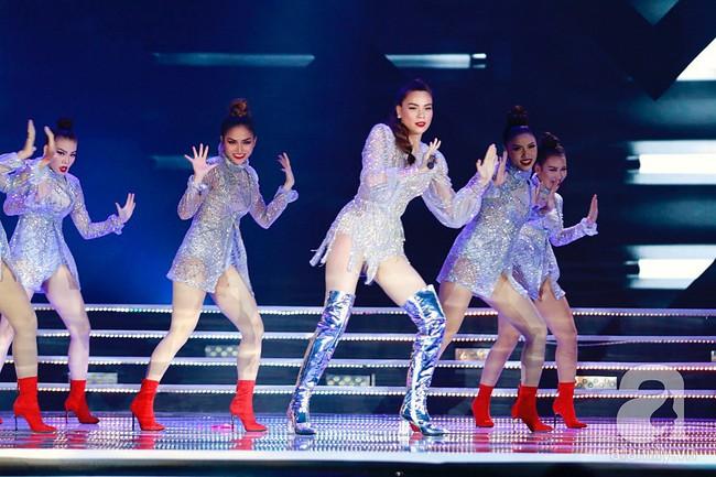 Hồ Ngọc Hà diện trang phục bó sát khuấy động sân khấu Chung kết Hoa hậu Việt Nam 2018 với 2 bản hit mới - Ảnh 2.