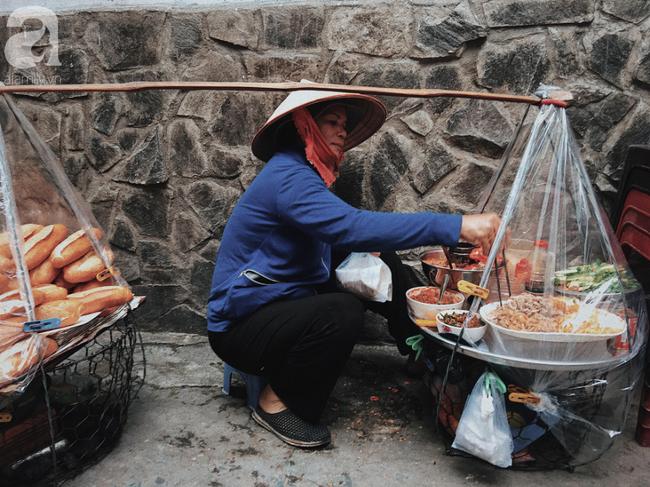 Gánh bánh mì ngon nhất Sài Gòn, 30 năm tuổi vẫn làm bao người say đắm: Không địa chỉ cố định, ngày bán 300 ổ, mỗi ổ chỉ 12 ngàn - Ảnh 4.