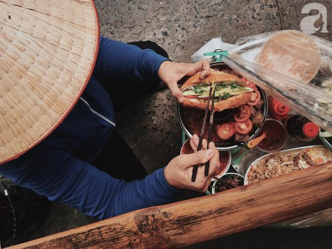Gánh bánh mì ngon nhất Sài Gòn, 30 năm tuổi vẫn làm bao người say đắm: Không địa chỉ cố định, ngày bán 300 ổ, mỗi ổ chỉ 12 ngàn - Ảnh 6.