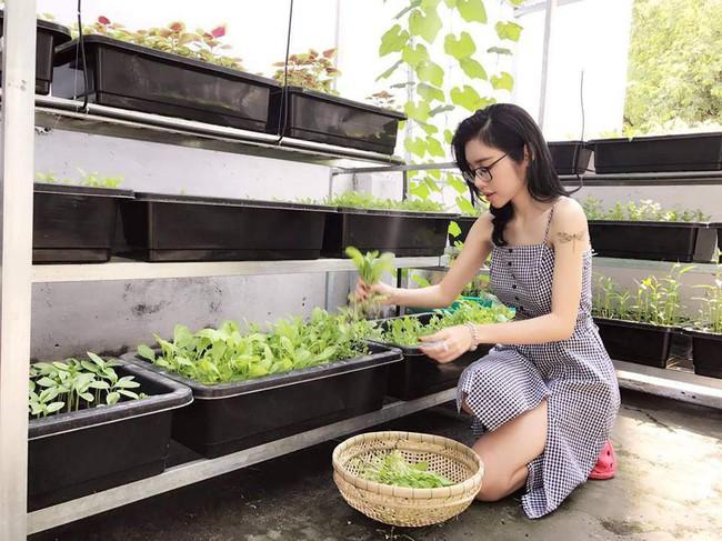 Khu vườn trên sân thượng nhỏ nhắn nhưng xanh mát mắt của bà mẹ hai con xinh đẹp Elly Trần - Ảnh 3.