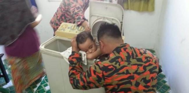 Nguy hiểm tiềm tàng từ chiếc máy giặt nhà nào cũng có và tai nạn hú hồn của cậu bé 3 tuổi - Ảnh 1.